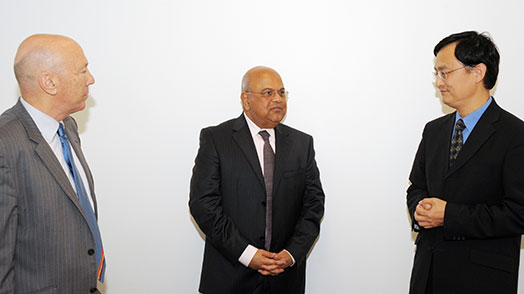 Minister Pravin Gordhan with Professor Laixiang Sun and Professor Laurence Harris of DeFiMS